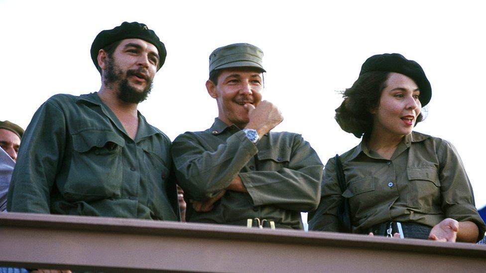 Ernesto Che Guevara, Raúl Castro y su esposa Vilma Espín en 1964.