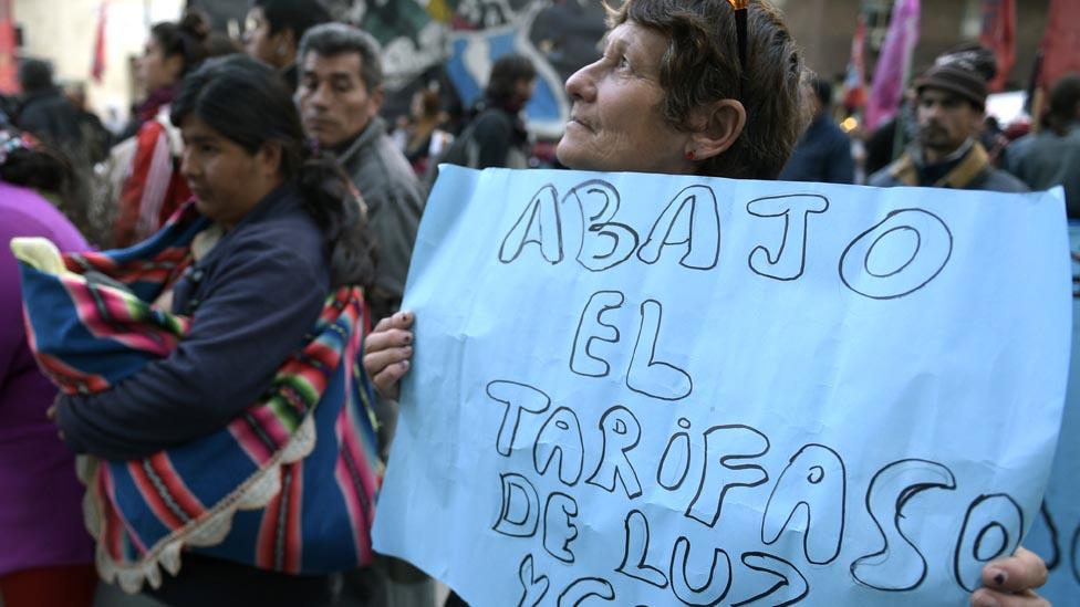 Además de la inflación, los argentinos están teniendo que pagar a veces hasta un tercio de su salario por servicios públicos.