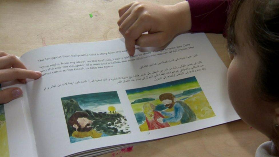 تليمذ سوري يقرأ كتابا باللغتين العربية والانجليزية
