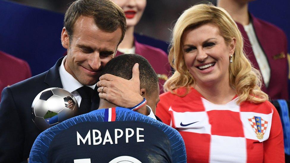 Macron abrazando a MBappé.