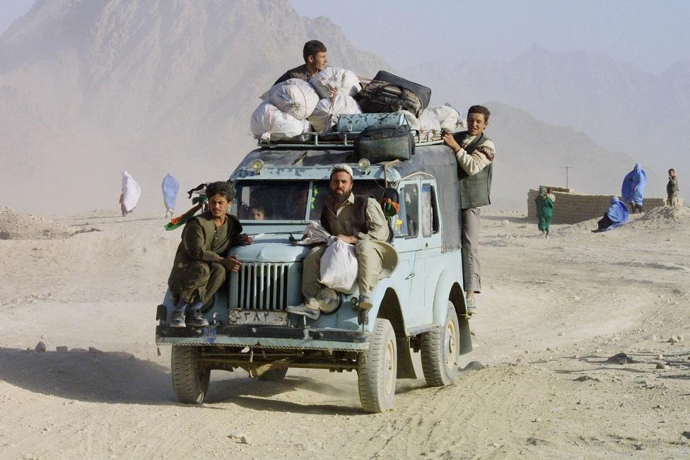 Afganos huyen de Kabul en auto en 2001