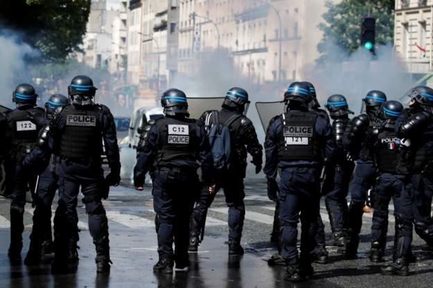 Protes dilarang di Paris karena dikhawatirkan menyebabkan kekerasan.