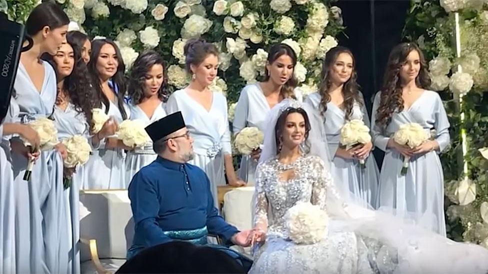 Imagen que muestra al sultán contrayendo matrimonio.