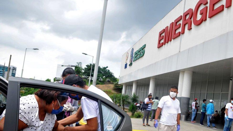 Familiares frente a un hospital en Guayaquil.
