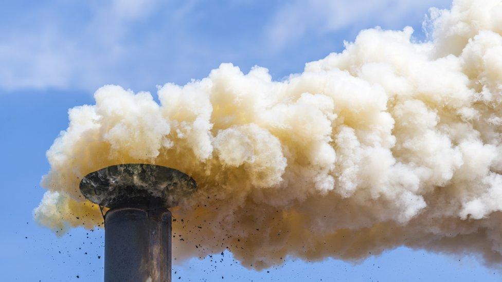 مدخنة تطلق ثاني أكسيد الكربون