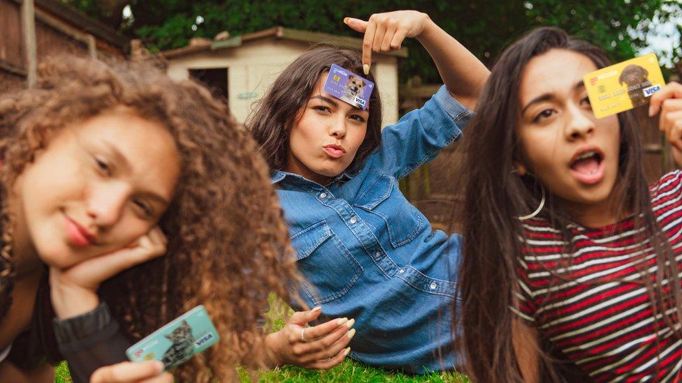 Niños con tarjetas GoHenry.