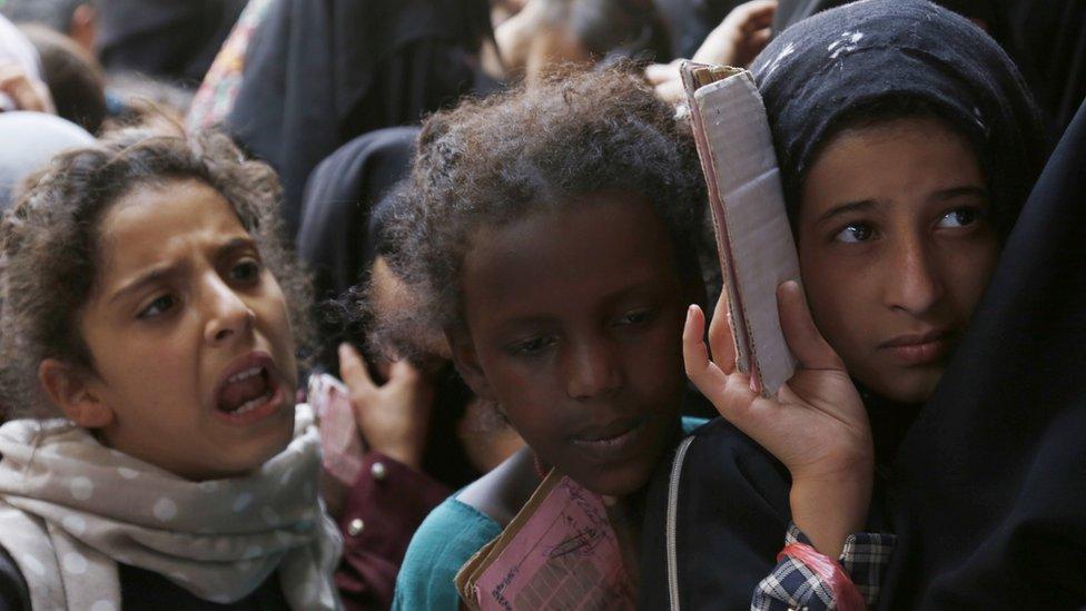فتيات يمنيات في انتظار طعام توزعه أحد المراكز الخيرية