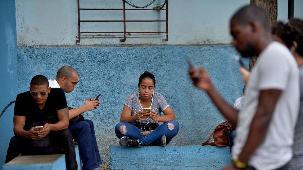 Gente con celulares en Cuba, 2018