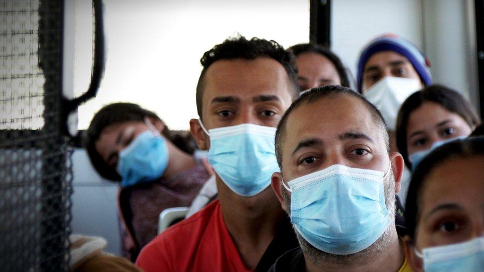 Los migrantes recién liberados de custodia del gobierno de Estados Unidos.