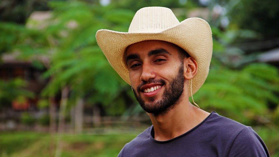 ضيفنا في بي بي سي إكسترا محمد السليني من ليبيا المعروف بإسم رحاليستا فهو صانع أفلام و رحالة جدير بالقرن الحادي والعشرين - BBC News عربي