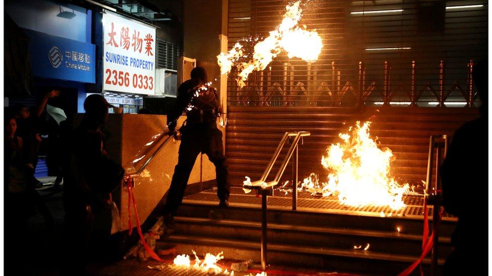 入夜後,激進示威者在紅磡、黃埔附近破壞地鐵站。