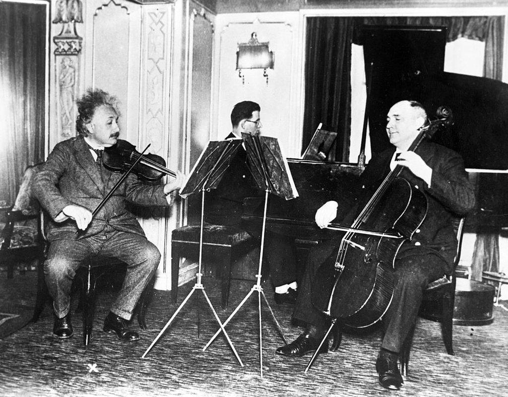 Albert Einstein tocando el violín en un trío musical