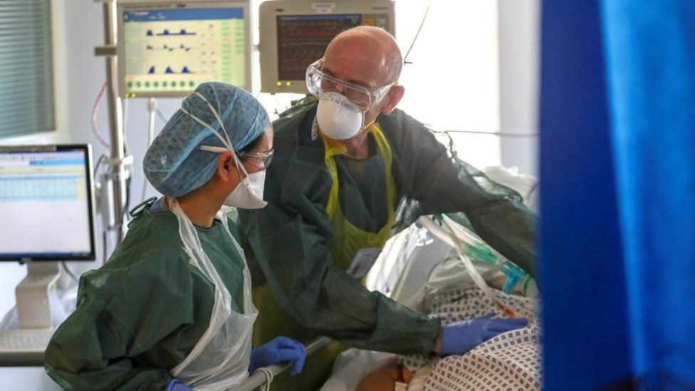 Ketua NHS Inggris, Simon Stevens, mengatakan pasien Covid-19 parah yang dirawat pada 2020 mencapai 200.000 lebih.