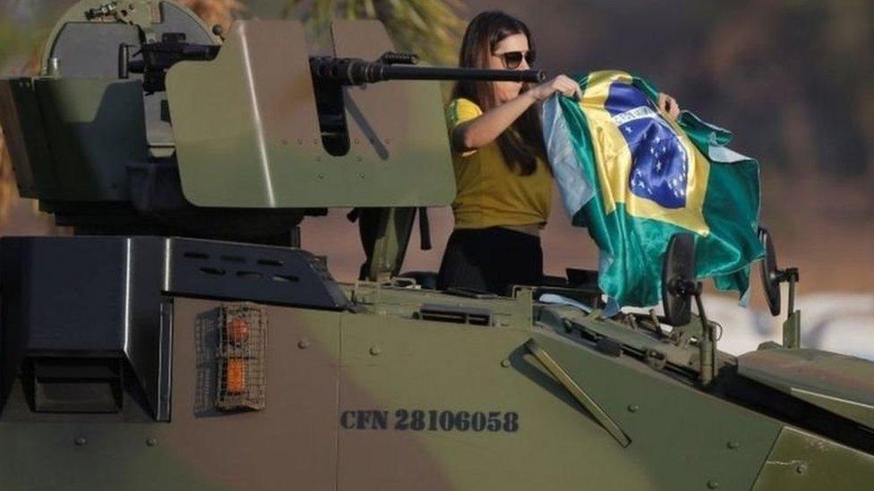 Mulher em cima de tanque militar no 7 de Setembro