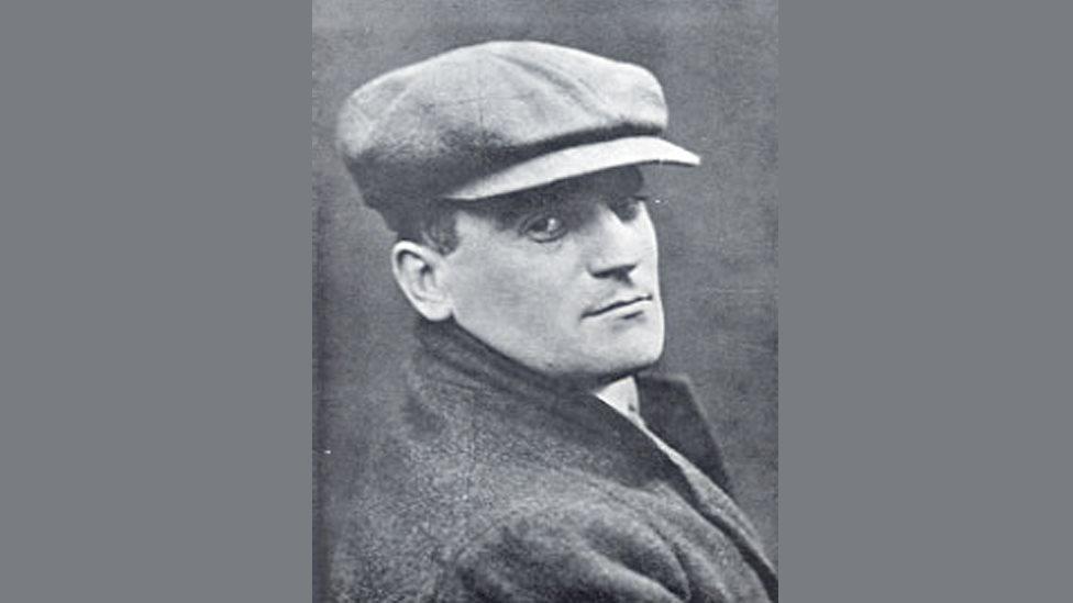 Foto de retrato de Hugh Blaker con un sombrero