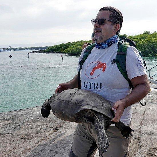 Washington Tapia con la tortuga gigante hallada en 2019