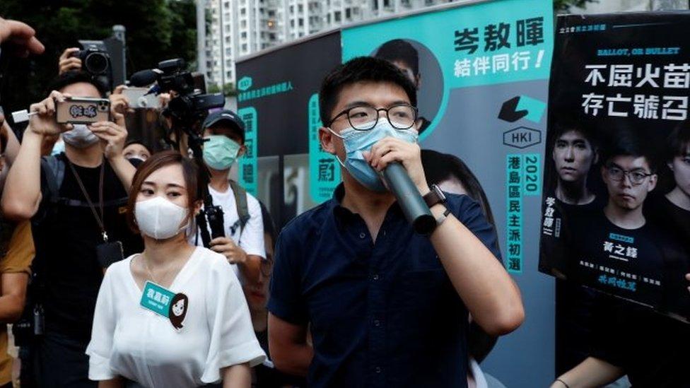 黃之鋒(右)與袁嘉蔚(左)在初選當天在街頭拉票。