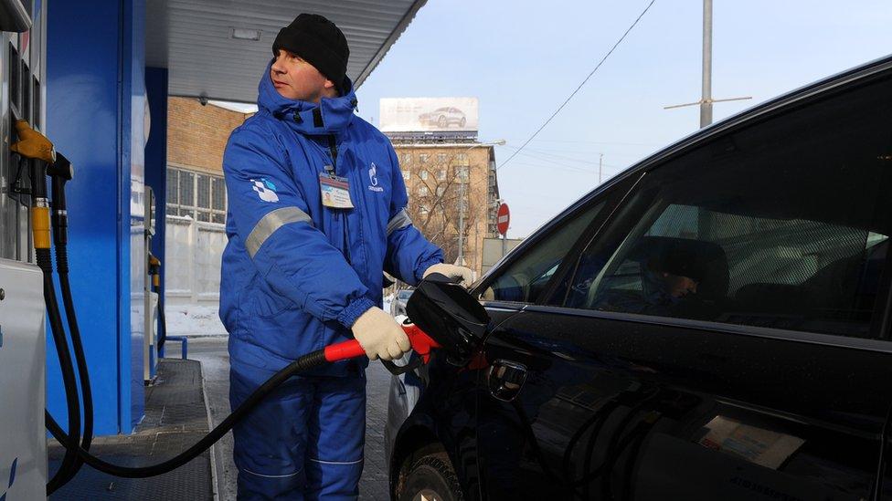 Как в России сдерживают цены на бензин. Объясняем в 100 и 500 словах