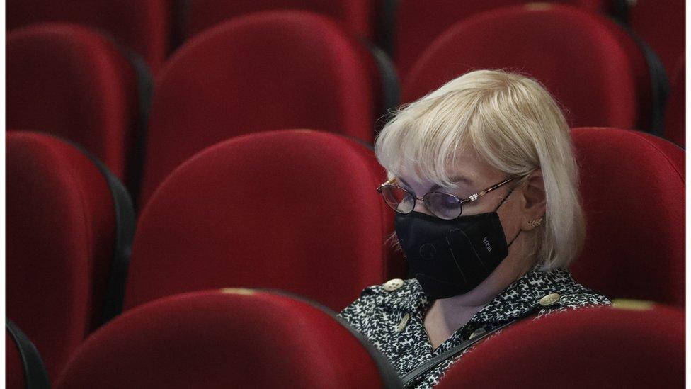 Коронавирус в России: люди не идут в кино, но бронируют туры на Новый год