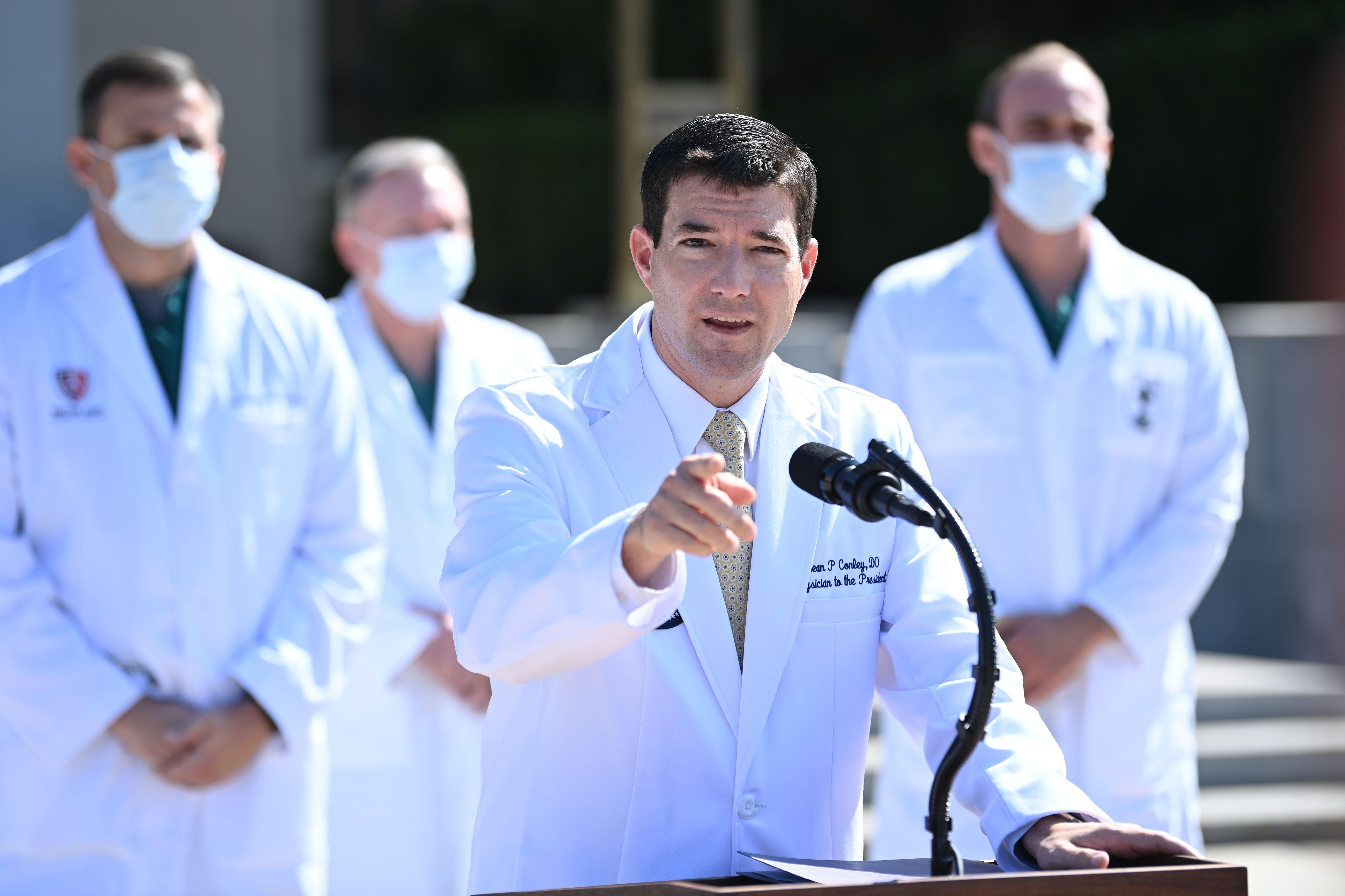الدكتور شون كونلي طبيب البيت الأبيض يقدم تقريراً عن حالة ترامب خارج مركز والتر ريد الطبي حيث يعالج الرئيس الأمريكي