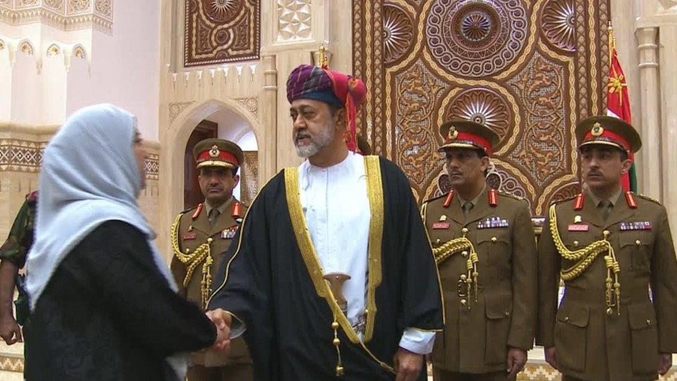 هيثم بن طارق سلطان عمان الجديد يسلم على سيدة ووراءه الحرس السلطاني العماني.