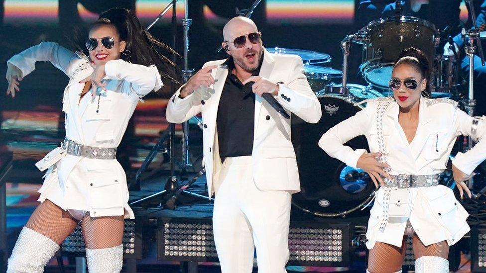 """Pitbull, cantando """"I Believe That We Will Win"""" (""""Creo que ganaremos"""") en la ceremonia de los Latin Grammy 2020"""