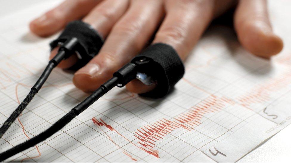 Una mano conectada a un polígrafo.