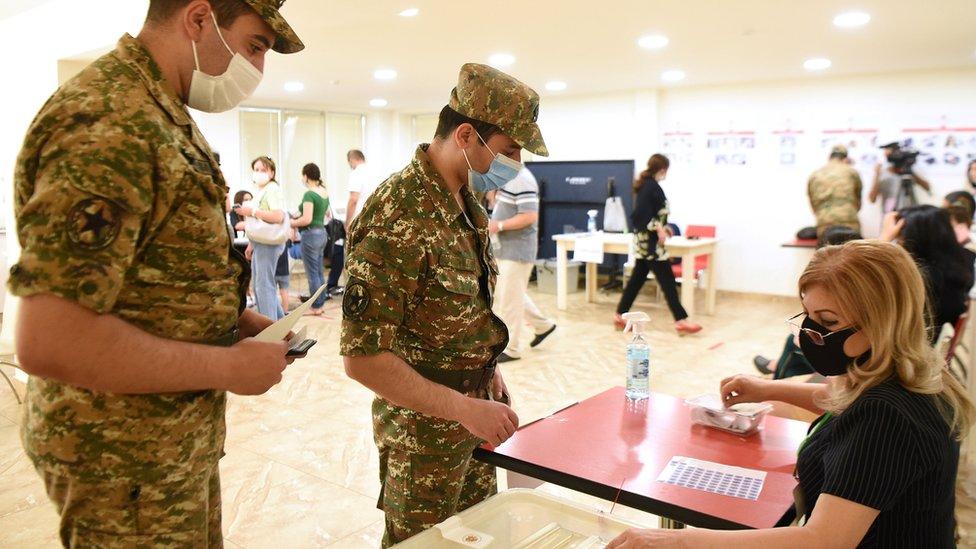 В выборах в Армении приняли участие все три бывших президента, ЦИК приступил к подсчету голосов