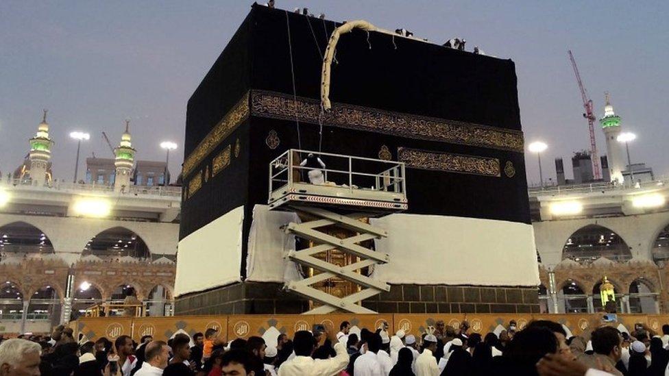 Saudi workers change the Kiswah (the cloth that covers the Kaaba) in Mecca, Saudi Arabia (11 September 2016)