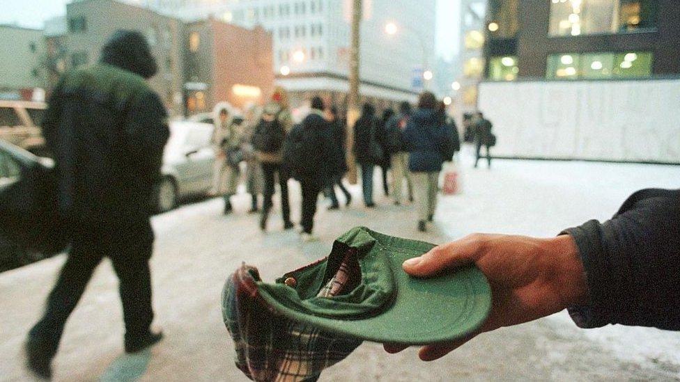 Persona pidiendo dinero en Canadá.