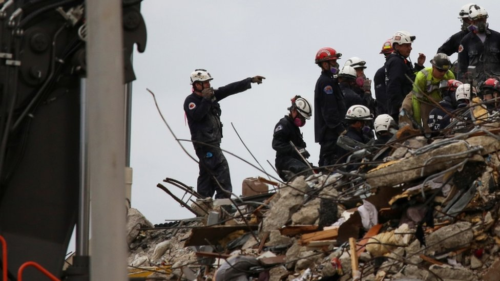 Tareas de rescate en el edificio derrumbado de Miami.