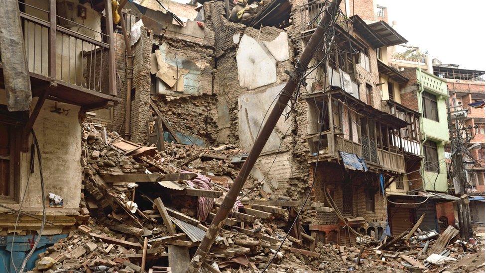 Edifícios destruídos por um terremoto