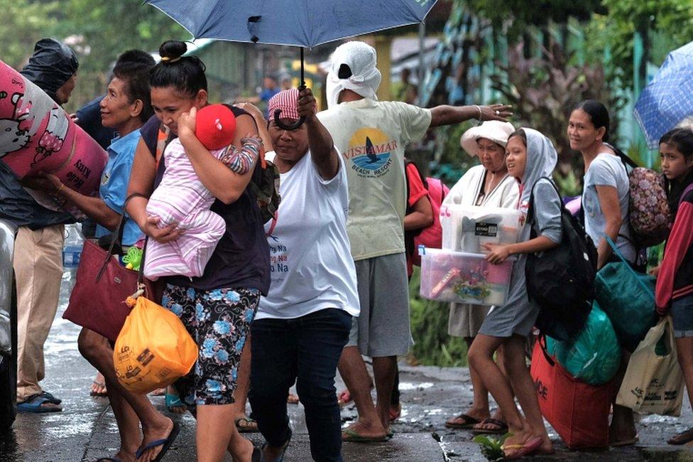 Penduduk desa di Filipina timur sedang dievakuasi