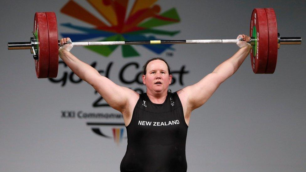 Laurel Hubbard levantando pesas