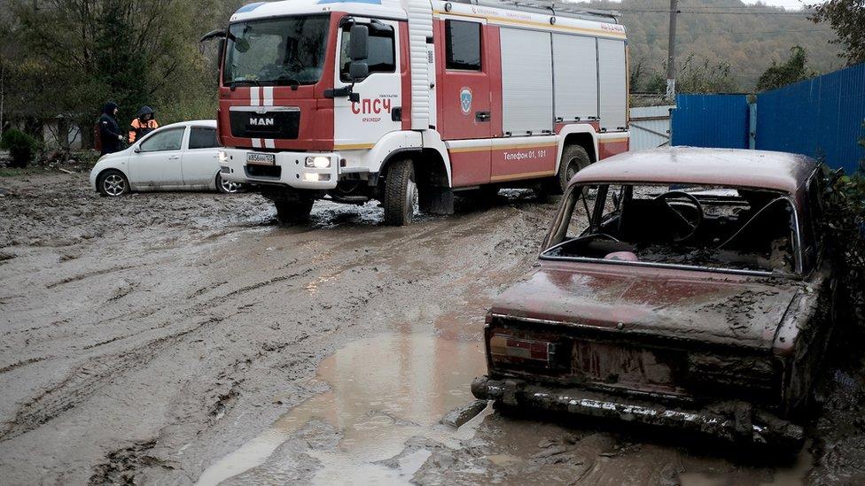 Россияне пытаются сами строить и ремонтировать дороги. Иногда их за это штрафуют