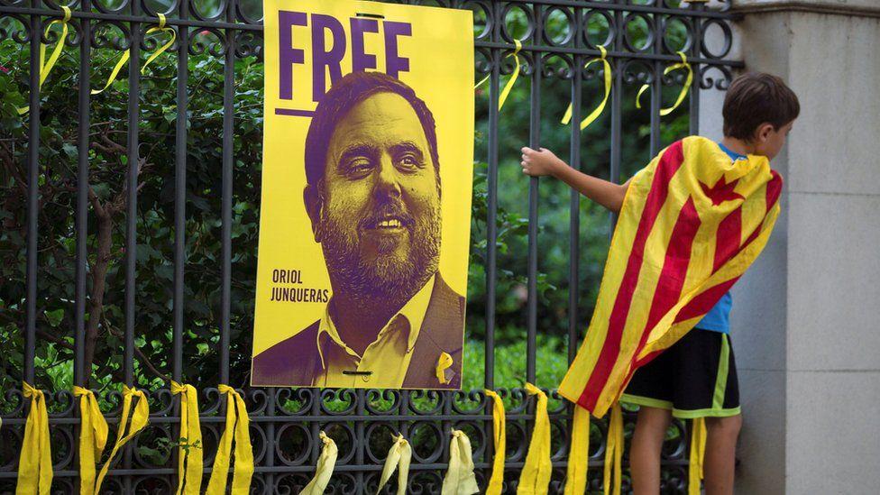 Cartel con el rostro de Oriol Junqueras sobre una verja.