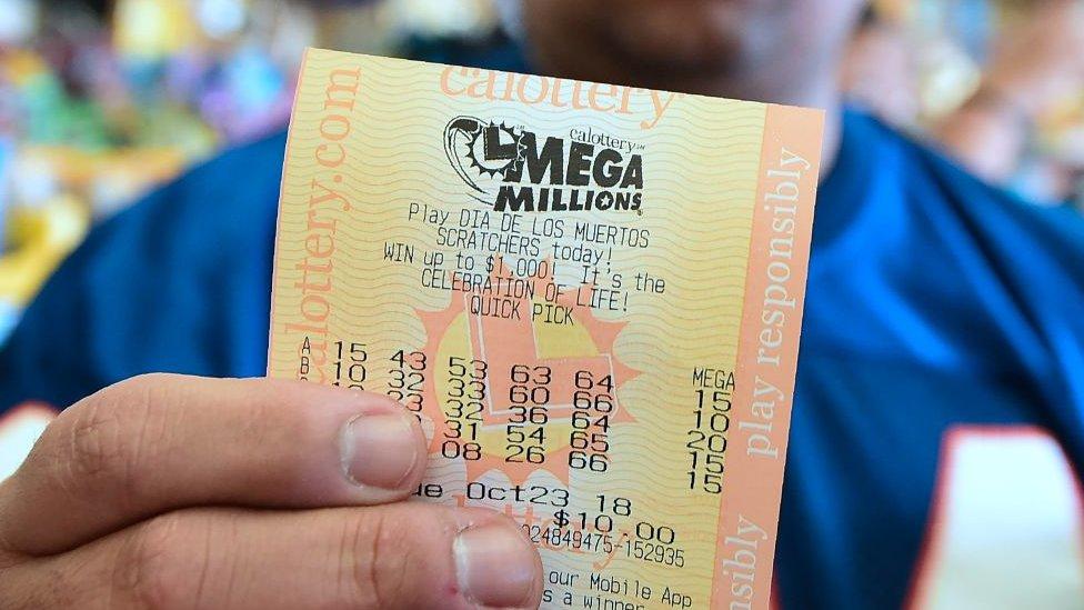 Millones de residentes en Estados Unidos compraron lotería con la expectativa de ganarse el gran pote del Mega Millions.