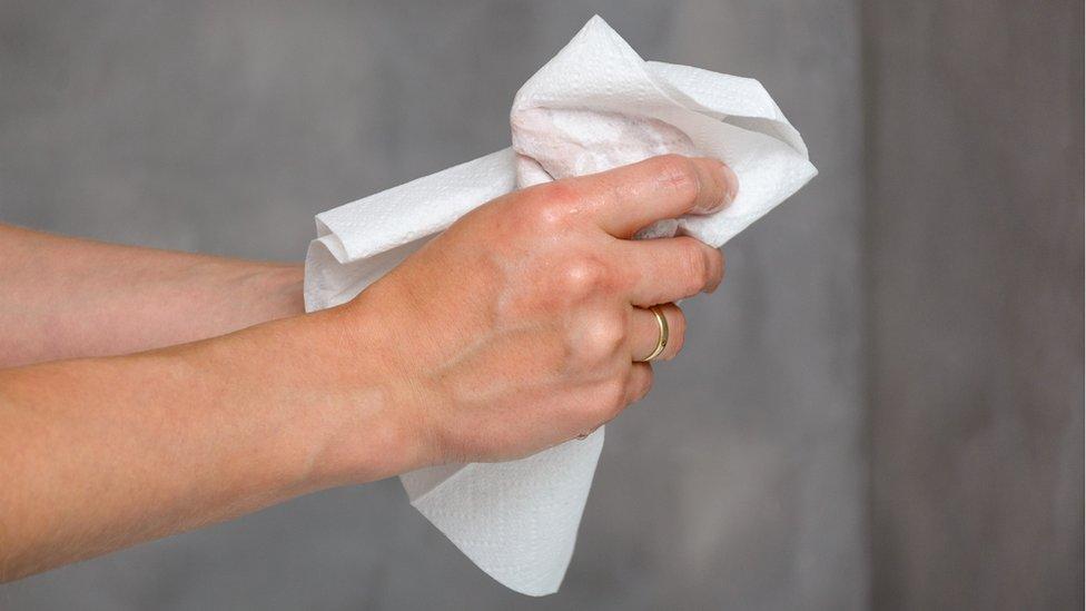 Mujer secándose las manos