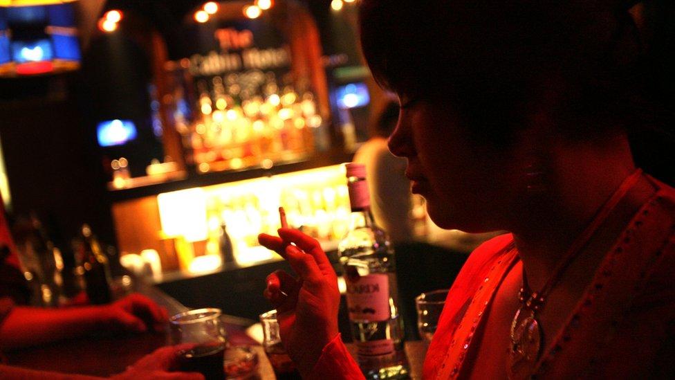 سيدة محلية تشرب الكحول