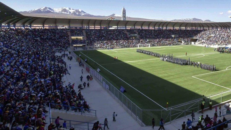 Estadio de El Alto con montaña de fondo.