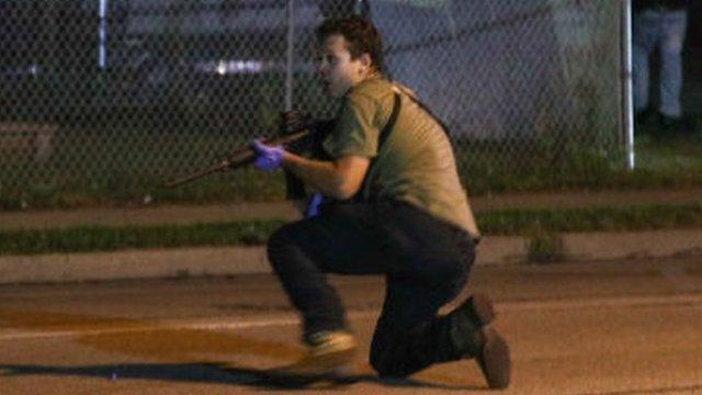 Joven armado en las calles de Kenosha, Wisconsin