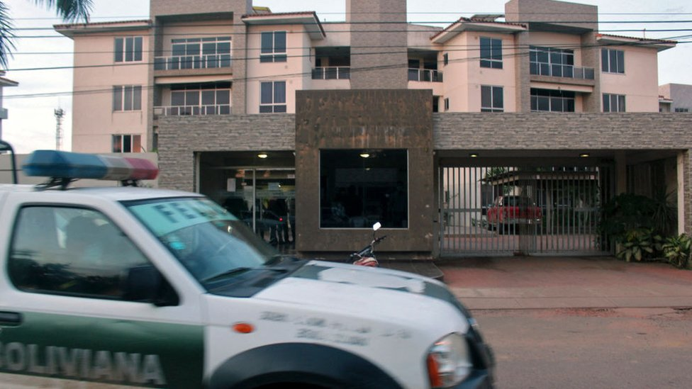 Un coche de la policía fuera de la casa de la expresidenta interina de Bolivia, Jeannine Anez