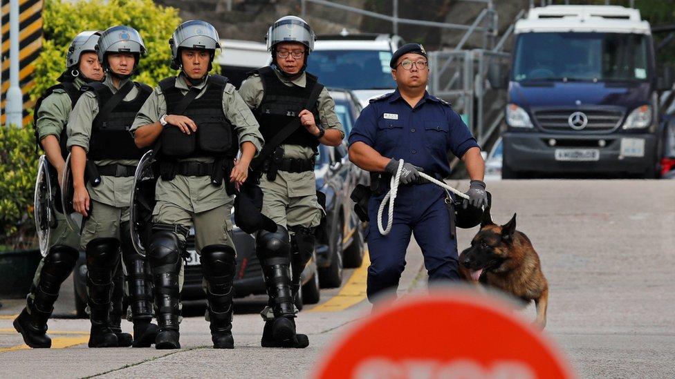 香港懲教緊急應變隊(防暴獄警)人員在壁屋監獄外布防(23/10/2019)