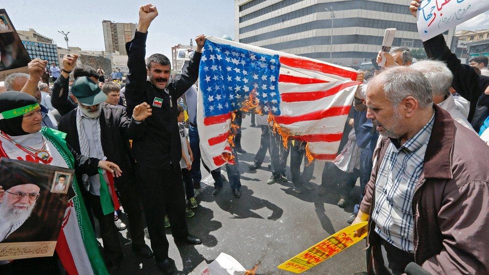 Los iraníes protestan.