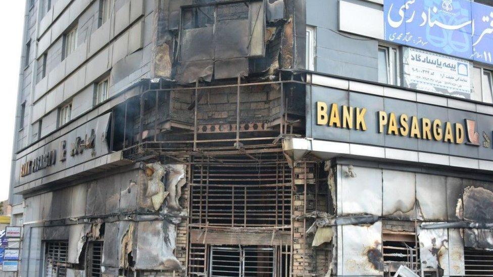 İran'ın Pasargad bankasının İslamşehr'deki şubesi ateşe verildi (17 Kasım 2019)