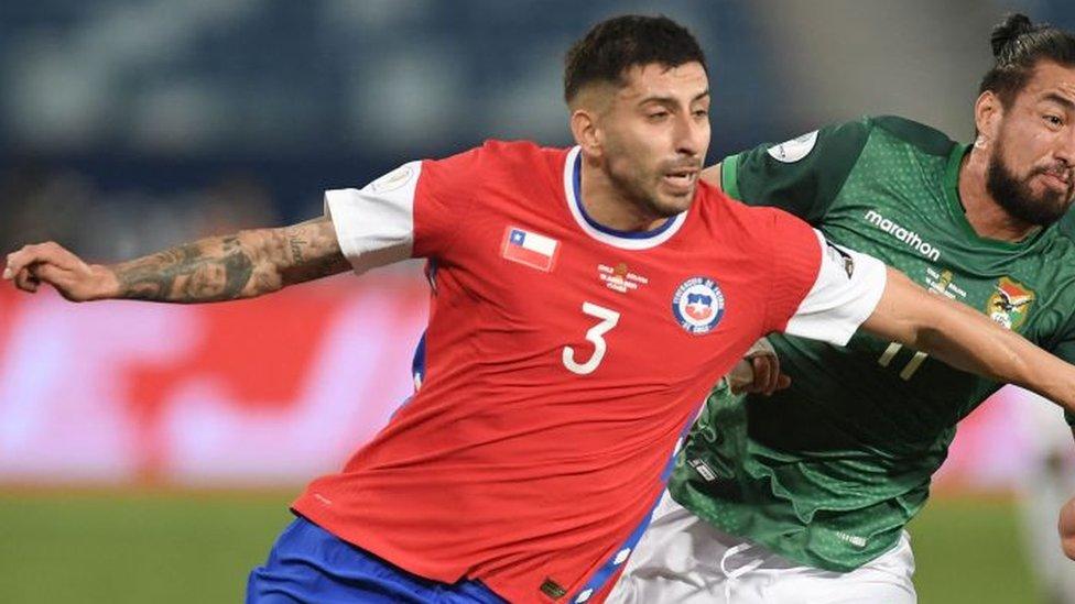 Jugador de la selección de Chile disputando un balón.