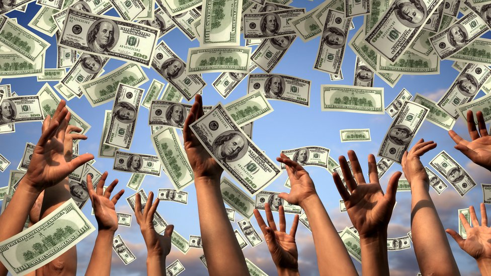 Gente lanzando dinero al aire