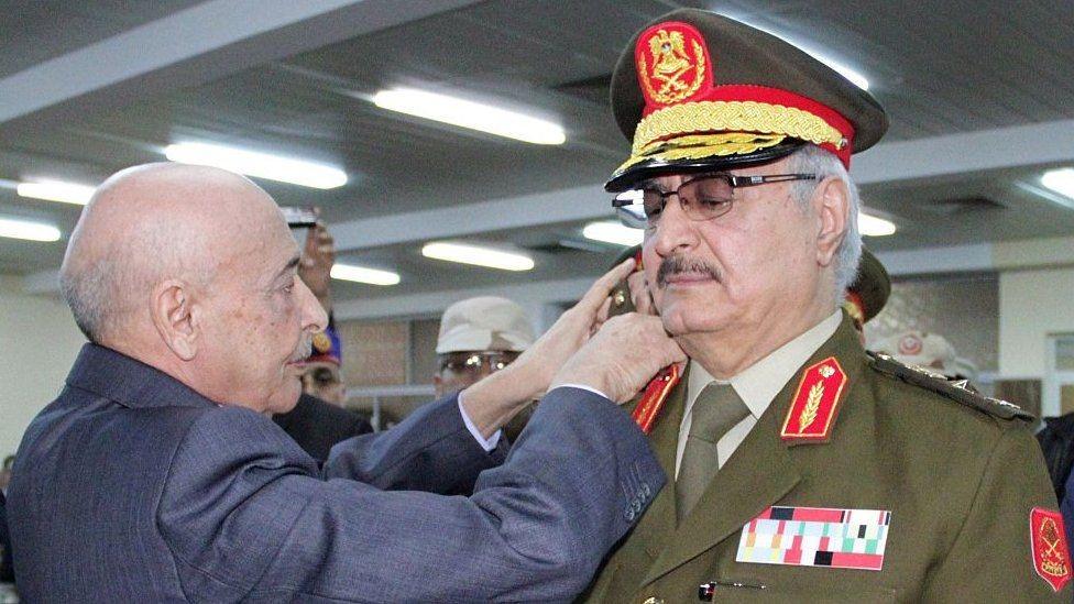 خليفة حفتر خلال تنصيبه قائدا للجيش في 2015