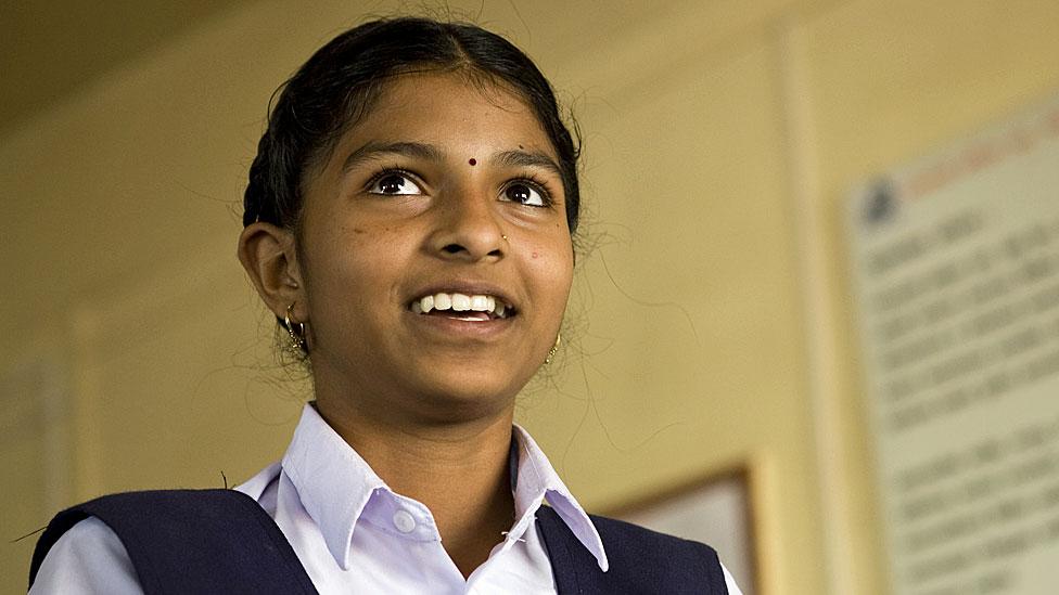 طفلة هندية ذاهبة إلى المدرسة