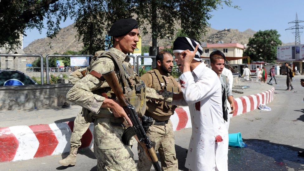 Soldado y ciudadano tras ataque en 2016
